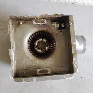 台所用の埋め込みの換気扇を交換