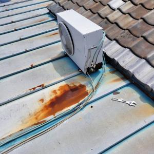 エアコンの室外機を屋根上に吊り上げました
