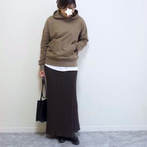 これはお得!1690円ニットスカート。濃いめブラウングラデで雨の日コーデ♪
