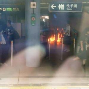 〔香港デモ〕警官が首を刺されたり土日も荒れる、トランプはデモは弱体していると言っているけれど、、