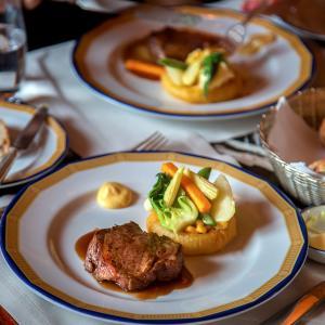 ペニンシュラホテルで昼食を、ノスタルジックなロビーで頂くお得セットランチ
