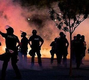 仕事年収 - 【悲報】黒人デモ集団、黒人コミュニティに献身してきた黒人警官を襲撃し殺害