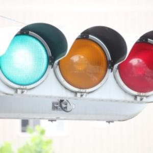 信号の「すすめ」の色は青? 緑?