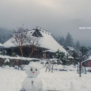 美山 かやぶきの里 雪だるま 『広景はなぜ雪だるまの前に片方下駄を脱いだ人を描いたの?』