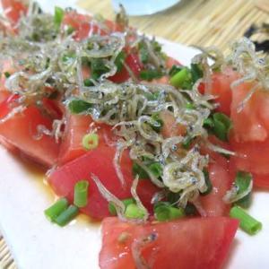 5分おつまみサラダ☆ トマトの熱々じゃこオイルがけ