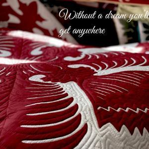 ハワイの伝統文化の一つであるハワイアンキルトのベッドカバー
