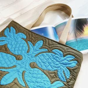 鮮やかなブルーのパイナップルが映えるトートバッグ