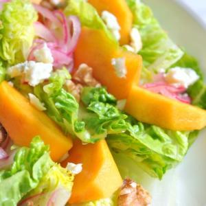 フルーツを入れるだけでサラダは華やかに!柿のサラダとブルーチーズドレッシングのレシピ