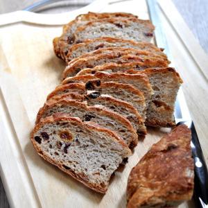捏ねない、放ったらかしで作るレーズン&ドライチェリー入りパン