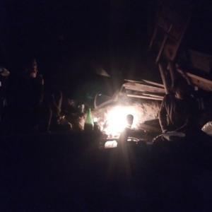 竹で陶器を焼く