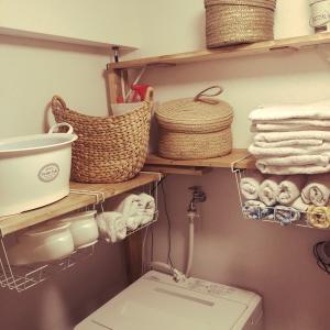 洗濯機まわりの棚に吊り下げラックを設置