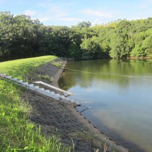 台風10号に備えてため池の排水をしています