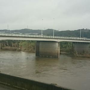 本日は雨、福島県本宮市 心配になり阿武隈川見に来ました!水が濁っていましたが大丈夫のようです。ドラッグストアも被災していました。
