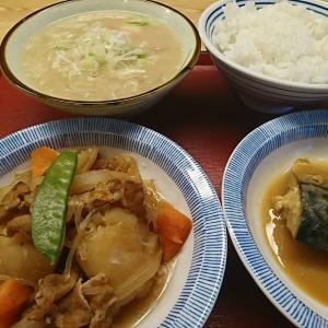 「とん汁にネギ入れる?」「お願いします」温かい「肉じゃが」とサバ味噌、たまらないウマさです。福島市 方木田食堂行って来ました!