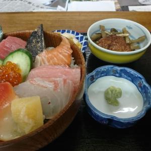 本日の孤独のランチ、海鮮丼定食1000円税込 です。ウマイ!早い!安い!の3拍子そろった、うお政さん 泉崎村行って来ました!