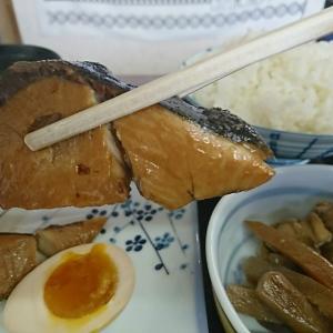 本日のランチ、「ブリ切身煮付け」750円税込 今日も店内は満員状態です。魚が好きな人って多いですね!