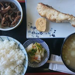 本日の孤独のランチ、タラにんにく醤油焼750円税込 ご飯はありがたい大盛りです。さあ、食べるぞう~!