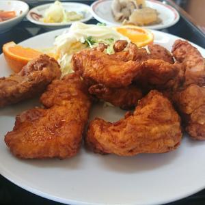 オッ、今日のAランチは若鶏の唐揚げだぞ、ちょっとフンパツして見るか。どんぶり飯がついて900円税込でした。