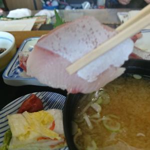 本日のランチ、厚切りブリ刺定食850円 これは、まいう~ 大当たり!泉崎村、うお政行って来ました!