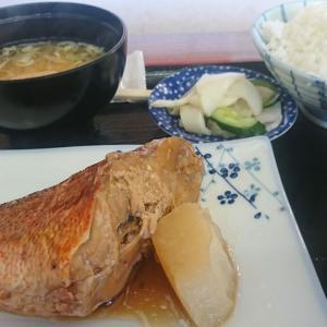 本日のランチ、アカウオの煮つけ750円税込 これはおいしそうだぞ、早速いただきまあす。