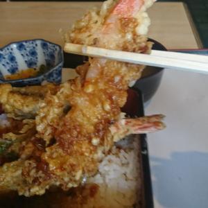 店主、一心不乱に厨房で天ぷらを揚げています、この店はウマイぞ!浅川町、天ぷら「まるみ」行って来ました!