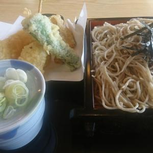 本日のランチ、「野菜天ざるそば」と温泉卵、アツアツの野菜天がとてもおいしかったですよ。