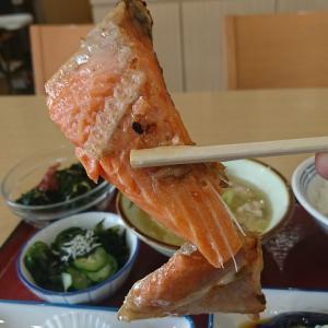 おっとっと!「鮭のカマ」落ちそう、これがうまいんだぜ、みんな食べてみっせ、あ~おいしかった!