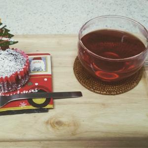 おもてなしおやつは、クリスマス仕様のチョコレートケーキ