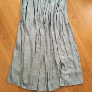 新しいサテンスカートと50代の白T選び