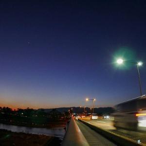 夕暮の絶景:金星輝く幹線道路♪