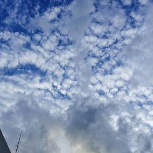 秋の訪れを感じる青い空と雲