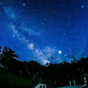 夏の幻想的な星空:月と天の川と流星