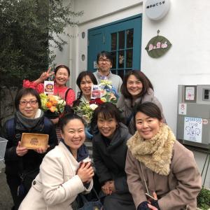 麻の葉cafeオープン☆サプライズで沢山の友達が大きなお花プレゼント