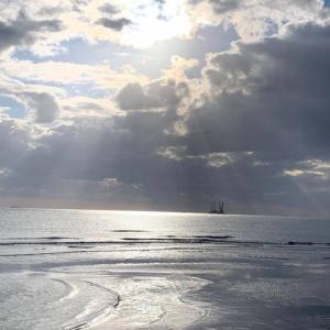 神々しい朝の海