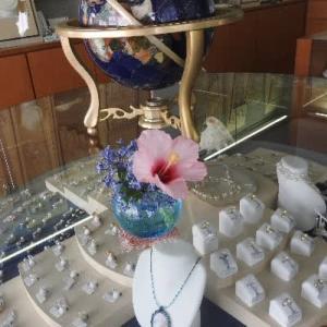宇和島市ふくい真珠店のミニ活け花と雨に打たれた白色ムクゲの花♪