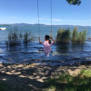 琵琶湖でブランコ遊び