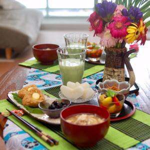 朝食*月見焼きおにぎり、もずく酢トマト*部屋がカオスになる遊び