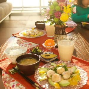朝食*帆立とアボカドのサラダ仕立て、ブロッコリーの塩昆布和え*4歳娘の弟のお世話