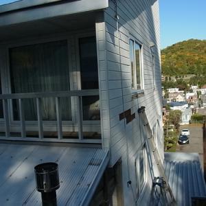 窓の水切り金具が錆びて壁を赤く汚している!(外壁修理)