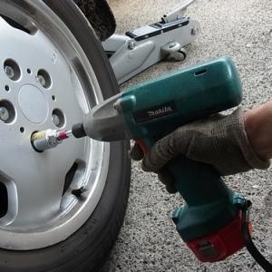 冬タイヤに交換 (充電式インパクトドライバーを使う)