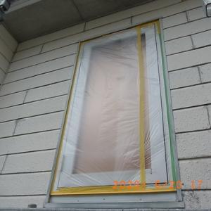 開口部マスキングと外壁の下塗り