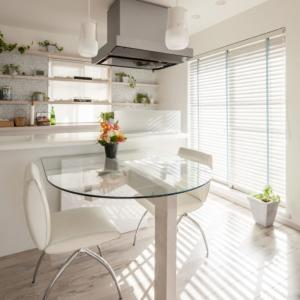 陽当たりの良いキッチンでグリーン栽培を愉しむインテリア