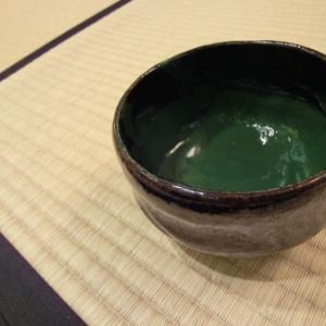 濃茶は、一つのお茶碗をお客様みんなで順番に飲んでいくもので、お祝い事などに出されます。
