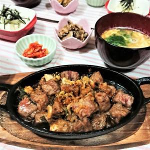 【おうちごはん】スキレットでアツアツ!【サイコロステーキde夕食】。