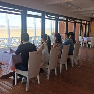 モンゴルの大草原にポツンとある高級ホテルHS Khaan Resort Hotel 夕食編
