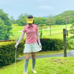 黄色の挿し色ゴルフウェアコーディネート