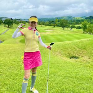 真っピンクスカートのゴルフウェアコーデ