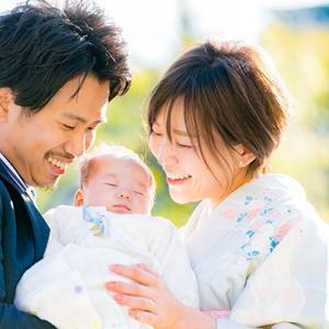 お宮参りは、子供がすくすくと育って欲しいと願う家族の大切な時間。~お宮参り記念写真出張撮影