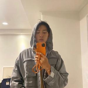 """「CNBLUE」イ・ジョンシン、レインコート着てカシャ…""""雨よ降らないで"""""""