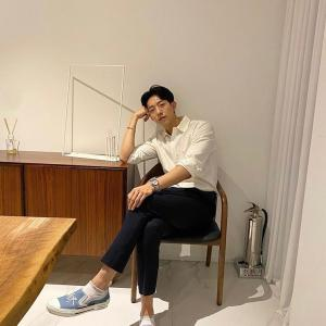 """CNBLUEイ・ジョンシン、雨ふりにもさわやかなビジュアル…""""もう止んでほしい"""""""